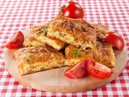 Лесна сръбска месна баница с готови кори, кайма и лук - снимка на рецептата